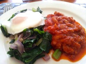 Baked beans, veg and egg
